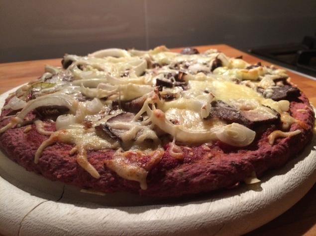 rode bieten pizza met rollade en ui
